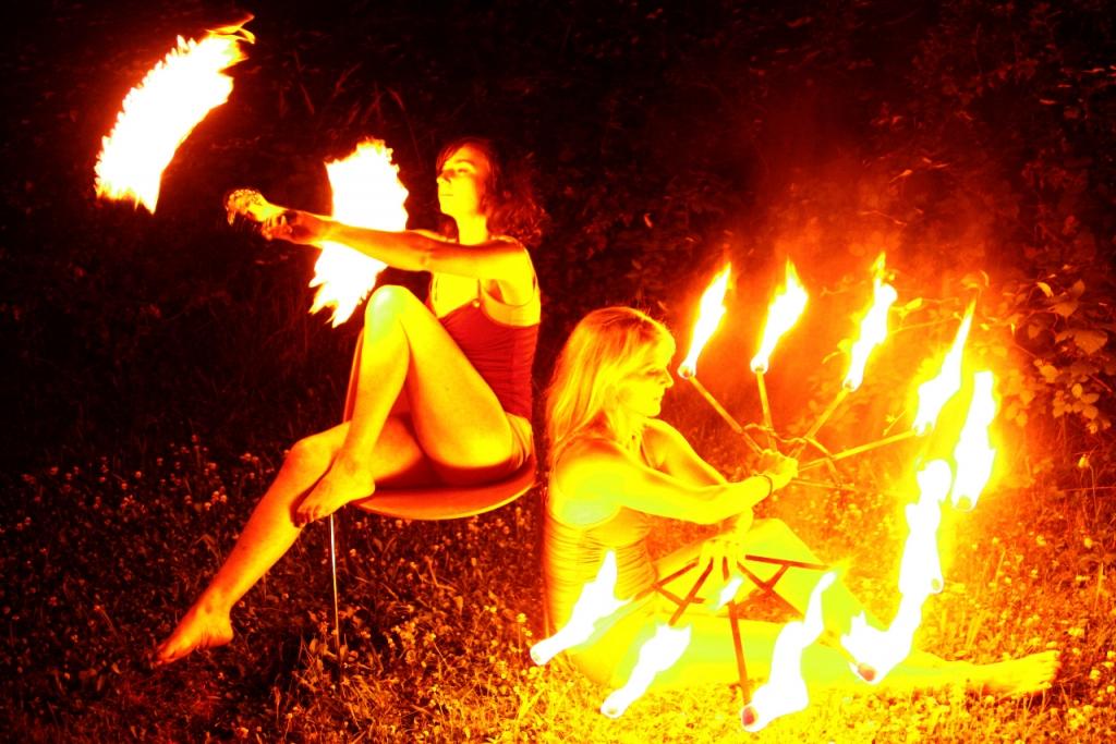 danza del fuoco e acrobazie alla festa del fuoco