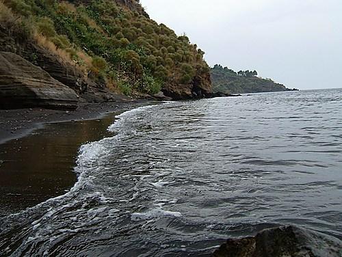spiaggia nera di Gelso isola vulcano